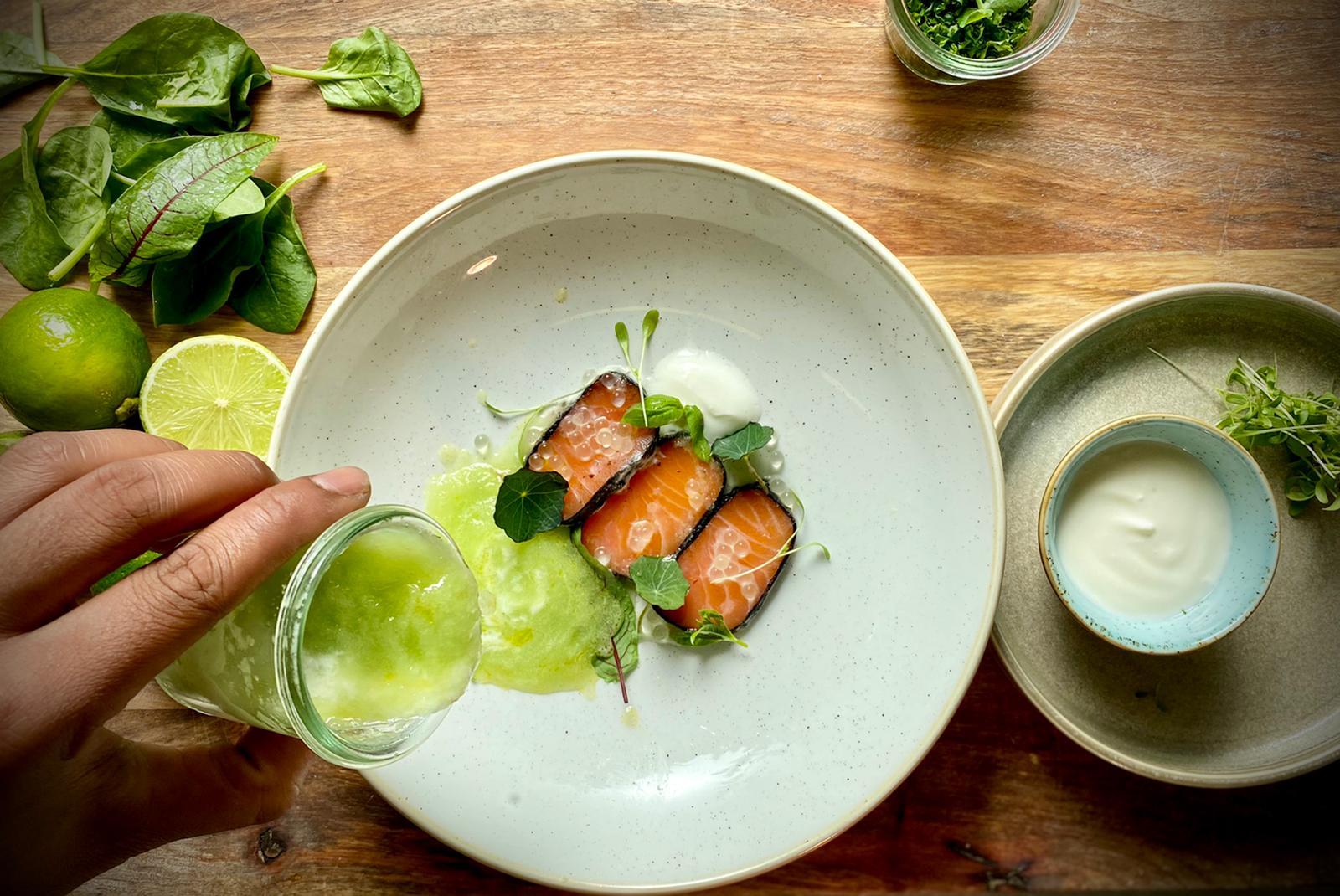 Kalte Gurken-Suppe mit Sauerampfer und Streifen von gebeiztem Lachs